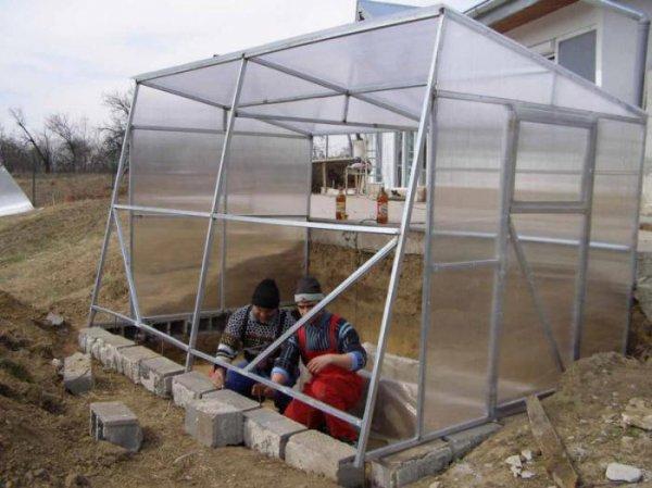 Устройство теплицы из поликарбоната: фундамент для теплиц своими руками